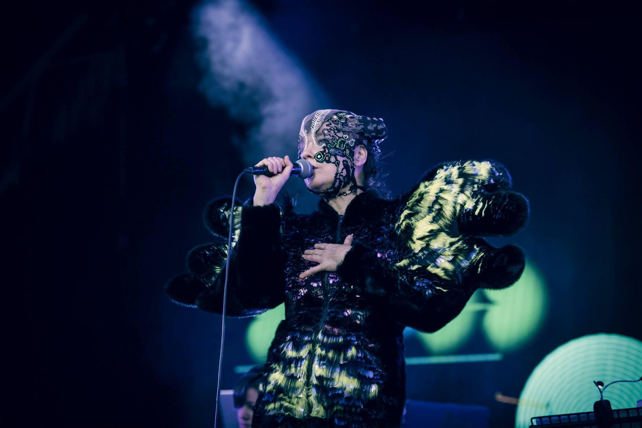 Gira ''Vulnicura'' - Página 2 05-07-2015-bjork-castlefield-arena-_13_